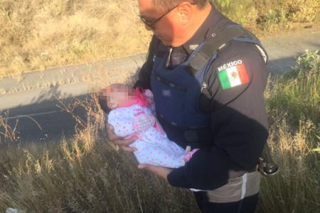 Encuentran a una bebé abandonada en autopista México-Querétaro