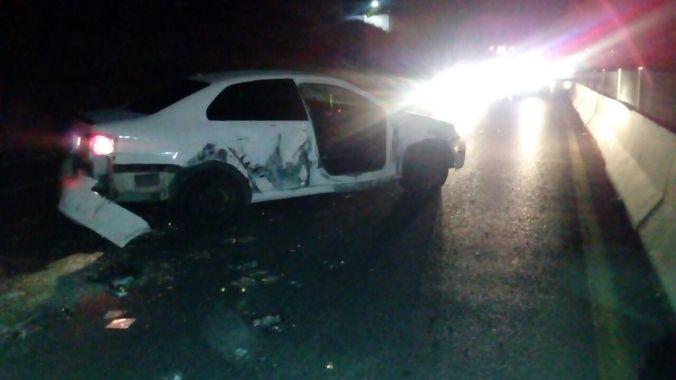 El auto quedó dañado tras los hechos.
