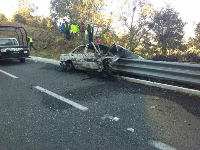 El auto se incendió luego de estrellarse.