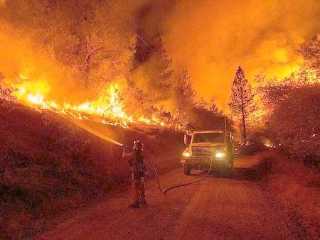 Evacuan poblaciones por incendio forestal fuera de control en Edomex