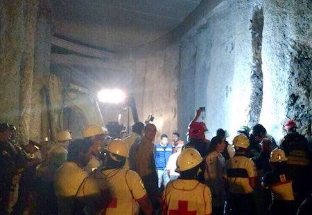 Suman tres muertos por derrumbe en túnel de Interlomas