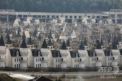 トルコ北西部ボル県ムドゥルヌに建設された、不動産開発企業サロット・グループの「ブルジュ・アル・ババス」プロジェクトによる高級住宅(2018年12月15日撮影)。(c)Adem ALTAN / AFP