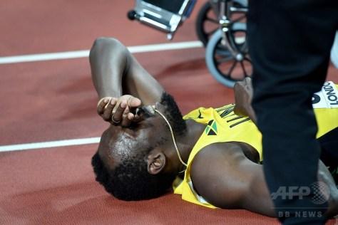 第16回世界陸上ロンドン大会、男子4×100メートルリレー決勝。負傷してトラックに倒れたジャマイカのウサイン・ボルト(2017年8月12日撮影)。(c)AFP/Kirill KUDRYAVTSEV