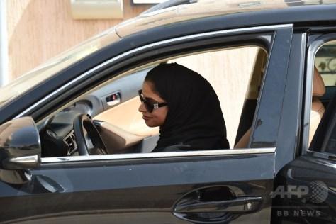 女性の自動車運転が解禁されたサウジアラビアの首都リヤドで、自宅から車で出かけようとする免許を取得したばかりの女性(2018年6月24日撮影)。(c)AFP PHOTO / Fayez Nureldine