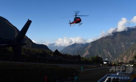 ネパール・ルクラの空港を飛び立つヘリコプター(2018年4月13日撮影)。(c)AFP PHOTO / PRAKASH MATHEMA