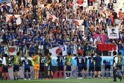 サッカーW杯ロシア大会グループH、日本対ポーランド。試合後、サポーターとともに決勝トーナメント進出を喜ぶ日本の選手(2018年6月28日撮影)。(c)AFP PHOTO / Mark RALSTON