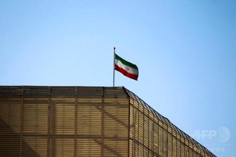 イラン大使館に掲げられた同国国旗。イエメンの首都サヌアにて(2016年1月8日撮影、資料写真)。(c)AFP/MOHAMMED HUWAIS