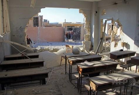 シリアの反体制派が支配する北西部イドリブ県ハス村で、空爆を受けて破壊された学校の教室(2016年10月26日撮影)。(c)AFP/Omar haj kadour