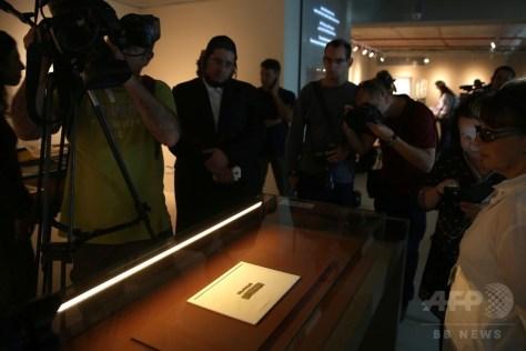 エルサレムで報道陣に公開された紀元前7世紀のパピルス文書の撮影をするジャーナリストら(2016年10月26日撮影)。(c)AFP/MENAHEM KAHANA
