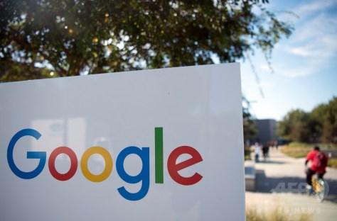 米IT大手グーグルのロゴが描かれた看板。米カリフォルニア州メンローパークで(2016年11月4日撮影、資料写真)。(c)AFP/JOSH EDELSON