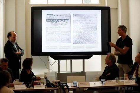 オランダ・アムステルダムで、アンネ・フランクの日記から新たに見つかった文章について発表する研究者ら(2018年5月15日撮影)。(c)AFP PHOTO / ANP