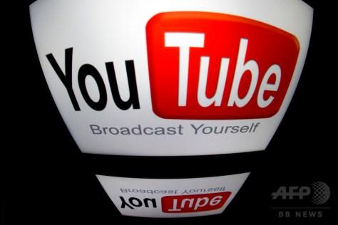 仏パリで、タブレット端末に表示されたユーチューブのロゴ(2012年12月4日撮影、資料写真)。(c)AFP/LIONEL BONAVENTURE