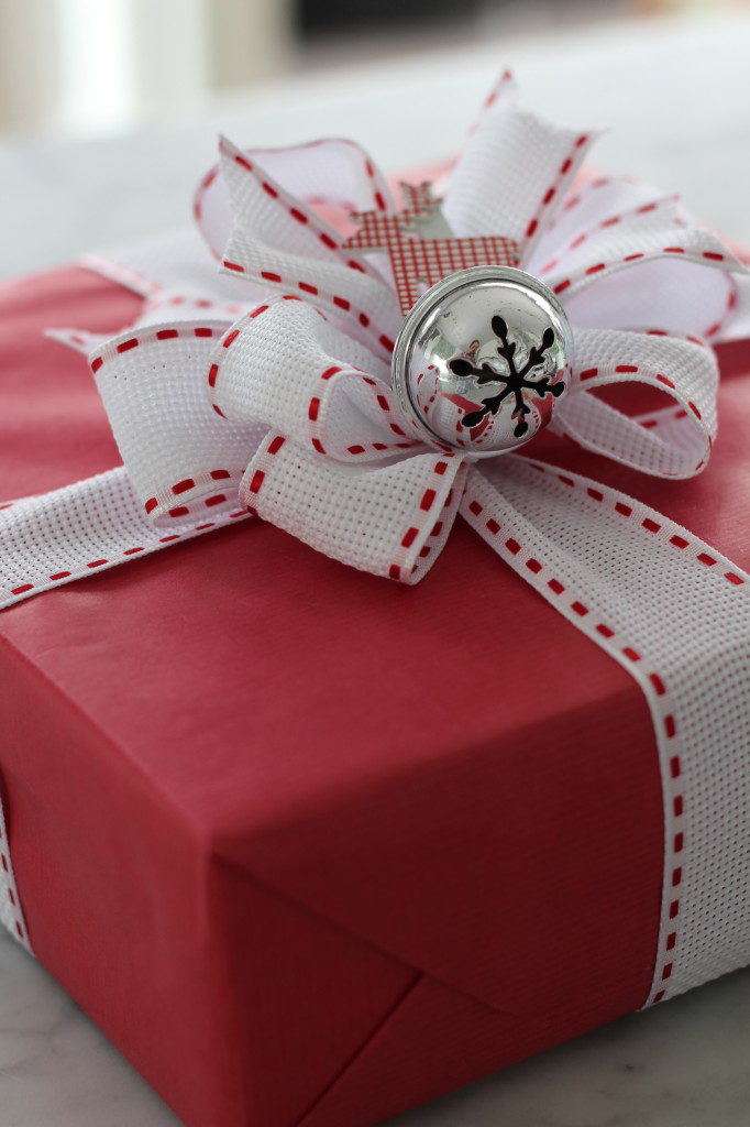 It is that time of the year to think about DIY Christmas Gift Wrap! Let me show you these adorable ideas for Christmas gift wrap! ADORABLE IDEAS FOR CHRISTMAS GIFT WRAP