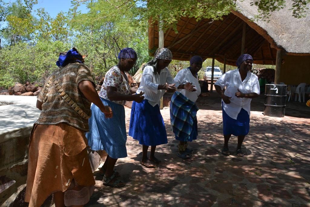 首都近郊の文化村。ツワナの文化を解説するアクティビティを提供している。代表は左端の女性。未亡人で運営しているとのこと。