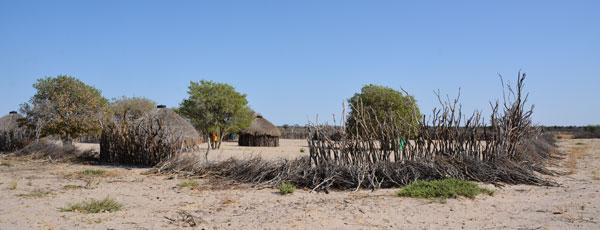 一方で、地方の村。電気なし、水道なし。