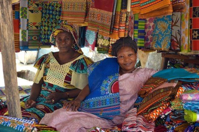 ギニアは今世界中で大流行している色鮮やかなアフリカの布、パーニュの宝庫、マルシェに行くと選べないほど多くのパーニュが販売されています。