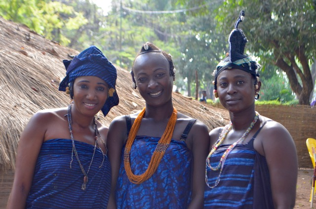 ギニアのフラ族の伝統的なスタイル 特徴あるヘアスタイルと藍染の布