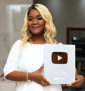 A cantora moçambicana, Marllen, recebeu hoje (13), segunda-feira, a placa de reconhecimento do YouTube por ter atingido a marca de 100 mil inscritos.  Marllen partilhou a notícia com seus fãs nas redes sociais, onde aproveitou para agradecer pelos inscritos.