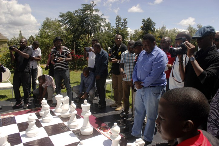 Benson Wambugu (in blue shirt) considers his next move against Peter Mahu / Photo by Paras Gudka