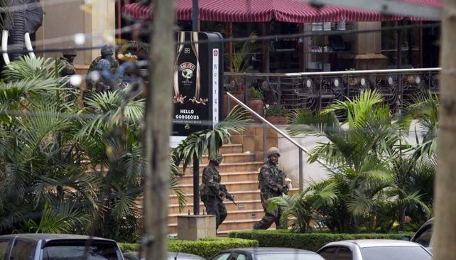 Decenas de policías apostados en el centro comercial (Kenia). ©A.P.