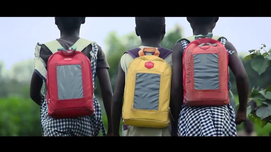3 enfants avec des sac solaires sur le chemin de l'école, Solar Pak,