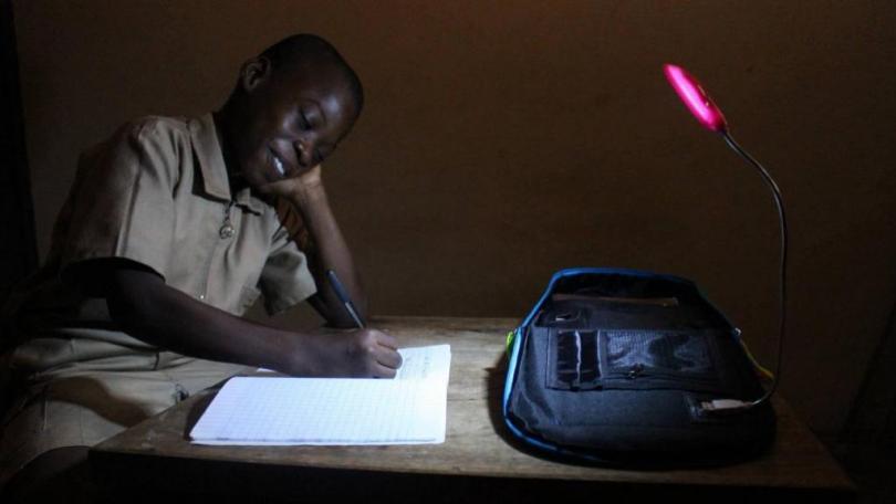 un élève étudiant avec la lampe de son solarpak, france 24,
