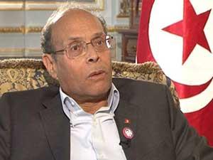 Le président de la République provisoire et commandant en chef des forces armées