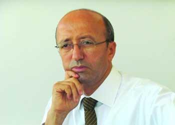 La Tunisie a misé sur une sortie rapide de la crise de la dette souveraine européenne pour redonner des couleurs à ses exportations. Il n'en est rien : une menace déflationniste frappe la zone euro et la BCE demeure dans une situation embarrassante. Tout le monde s'attendait à un dénouement rapide de la crise libyenne. Il n'en est rien : la guerre des clans déchire le tissu ...<br />