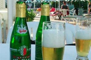 La loi de finances de 2014 ne prévoit pas l'instauration d'une taxe supplémentaire sur la bière de 100 millimes/bouteille
