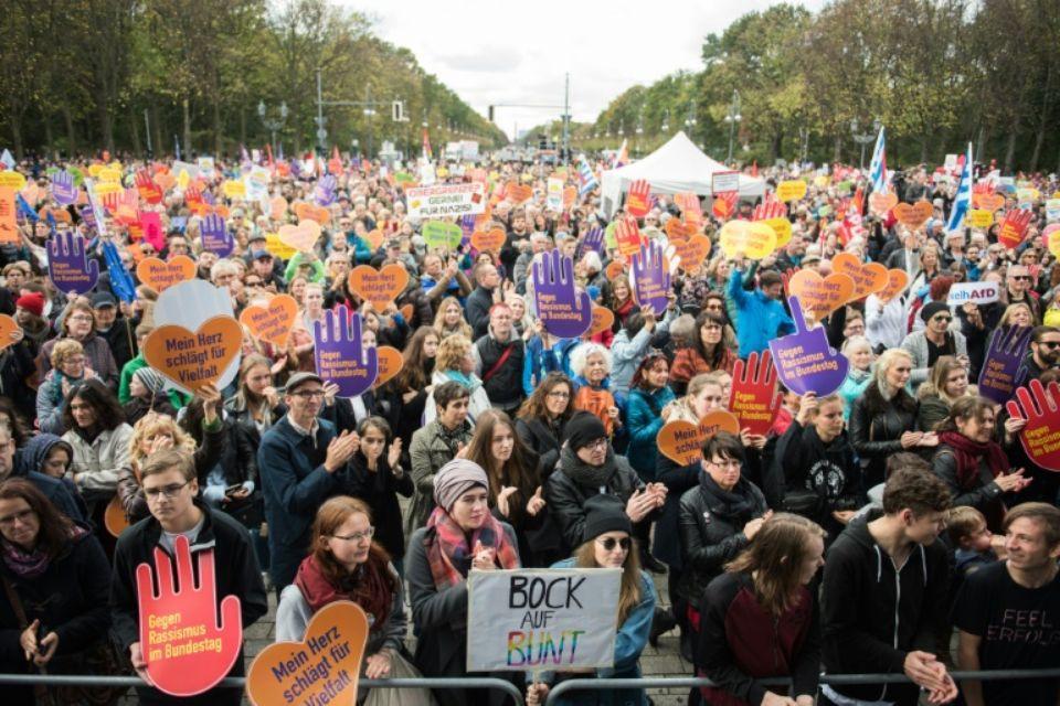 Allemagne: entrée tonitruante de l'AfD au Bundestag, Schäuble plébiscité