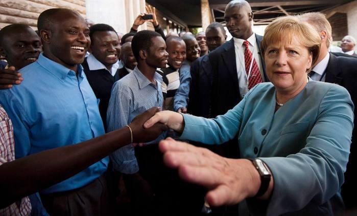 Bundeskanzlerin Angela Merkel (CDU, r.) unterhaelt sich am Dienstag (12.07.11) auf dem Campus der Universitaet von Nairobi, Kenia mit Studierenden. Merkel besucht bis Donnerstag (14.07.11) Kenia, Angola und Nigeria. Foto: Clemens Bilan/dapd