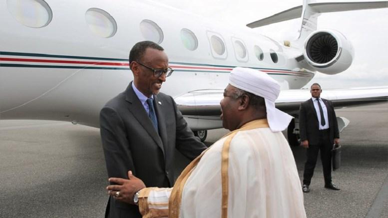 Ali Bongo Ondimba et Paul Kagame à l'aéroport de Libreville