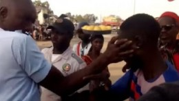 Un policier gifle un motocycliste