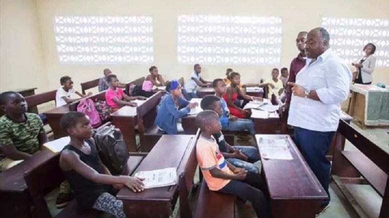 Une salle de classe électrifiée à Kango