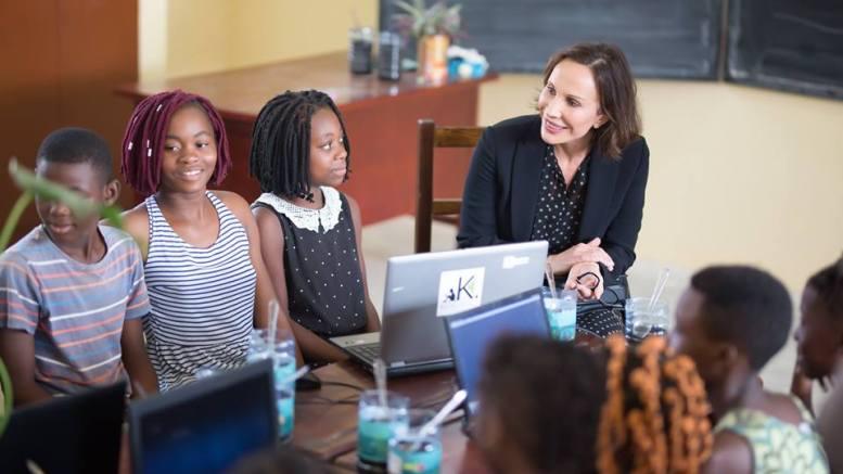 Sylvia Bongo Ondimba et les élèves de l'école publique ENS B