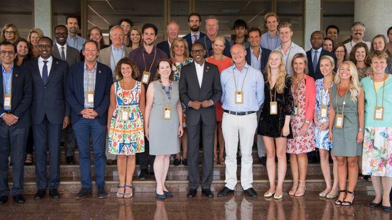 Paul Kagame et les membres de l'organisation des jeunes présidents