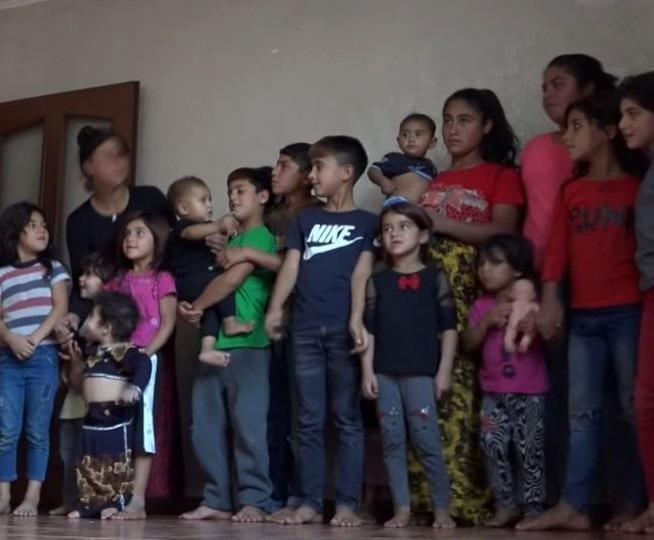 Un père avec deux femmes et 19 enfants a nommé son dernier bébé Yeter - ce qui signifie « Assez». Zeher Gezer, qui vit dans la ville de Diyarbakir dans la province du sud-est de la Turquie, a engendré 19 enfants avec ses deux épouses.