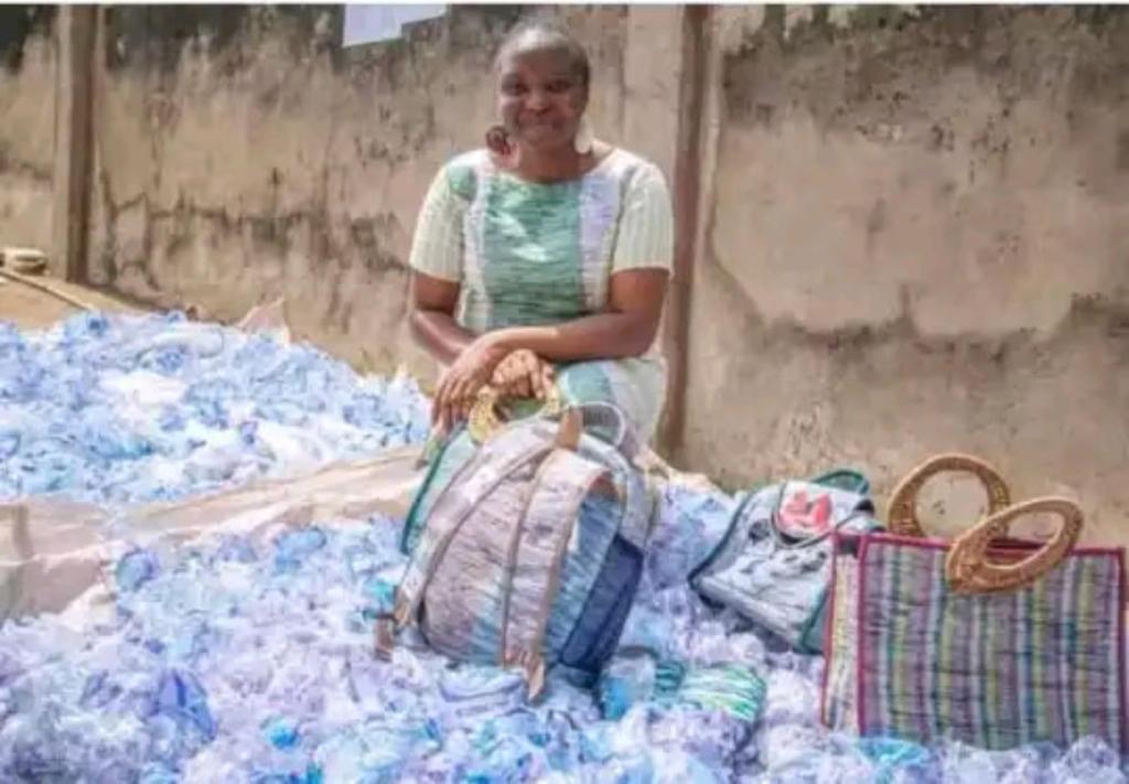 Adejoke Lasisi sachets d'eau objets