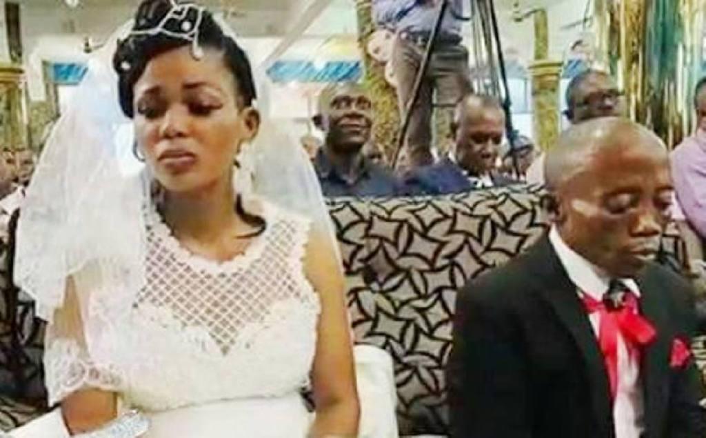 mariage fidèles mettent feu brûlent l'église