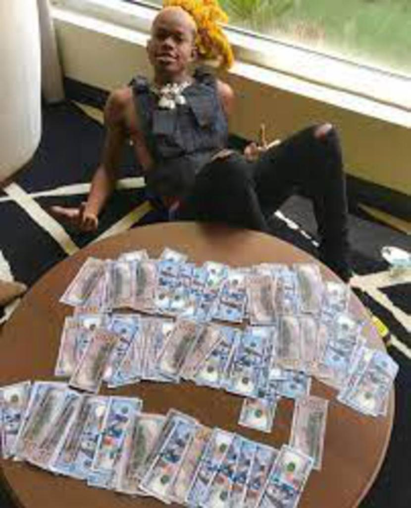 NGA Gee Boy s'affiche Hushpuppi liasses dollars