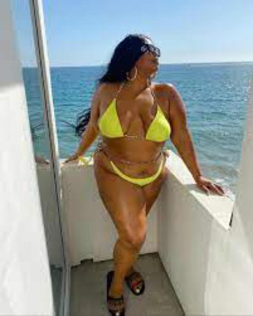 Lizzo célèbre flutiste expose courbes superbe bikini