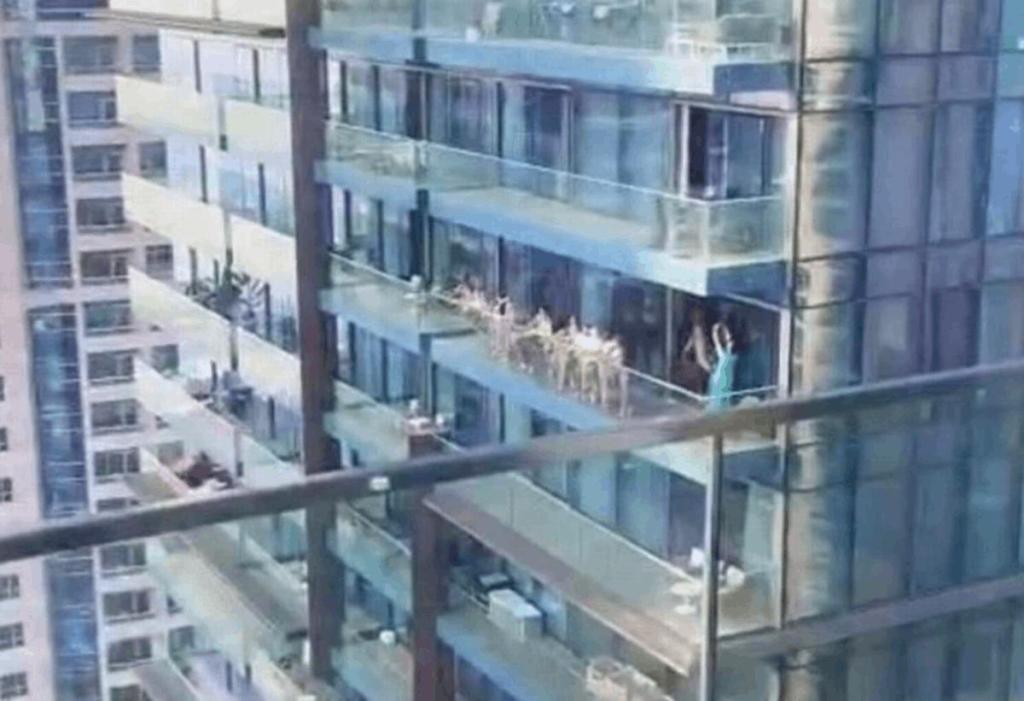Dubaï groupe de femmes nues posaient balcon ville