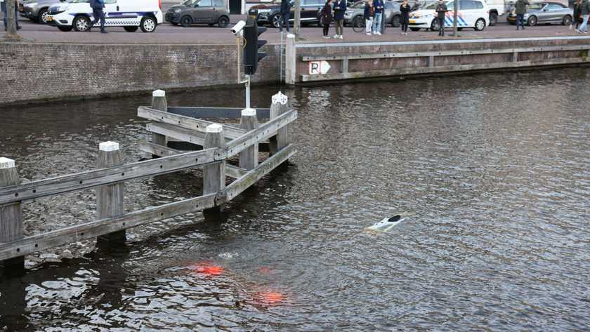 car rolls into canal while driver picks up pizzas in Haarlem