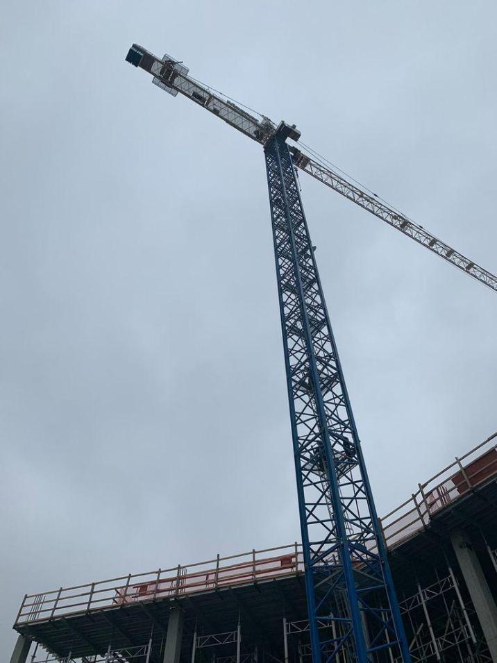 """Crane-man at 90 meters calls emergency: """"Help, my arm is off"""""""