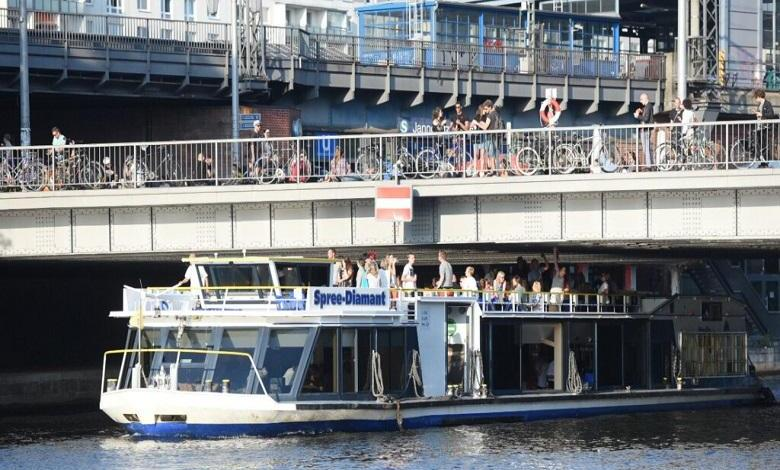 Man pees from Berlin bridge on ship - several injured!