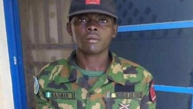 Nigeria: A soldier returns a package stuffed with cash