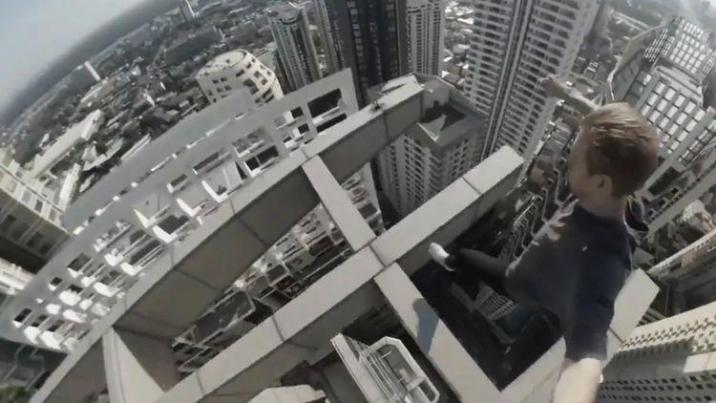 Terrifying: junkie jumps from beam to beam on top of skyscraper