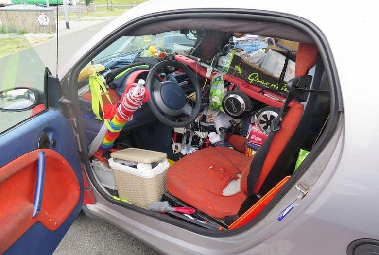 Overpacking! German police put overloaded Smart aside