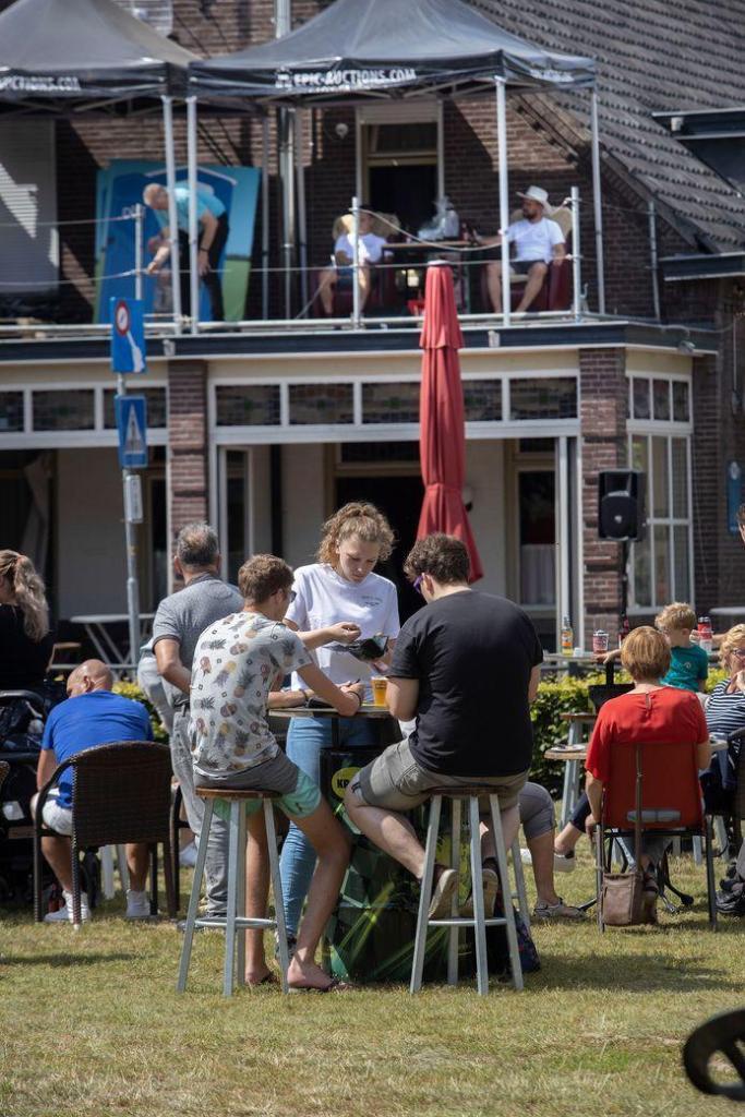 Hein van de Pas and Niek van Rooij on the roof in Vessem.