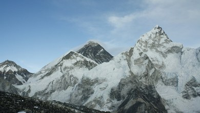 China demarcates the border at the top of Mount Everest